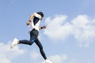 ジョギングをする男性の写真素材 [FYI01278596]
