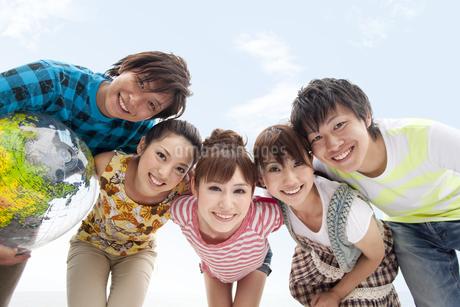 笑顔で肩を組む若者グループの写真素材 [FYI01278691]