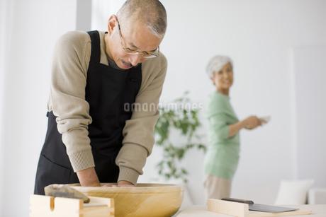 そばを打つ中高年男性の写真素材 [FYI01278746]