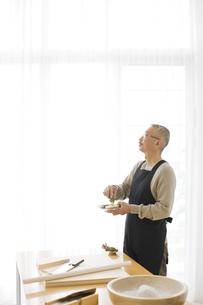 わさびをする中高年男性の写真素材 [FYI01278747]
