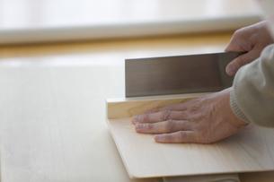 そばを切る男性の手元の写真素材 [FYI01278750]