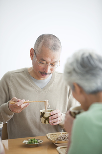そばを食べようとしている中高年男性の写真素材 [FYI01278763]