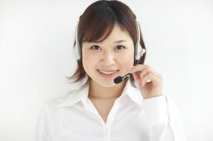 インカムを付けている笑顔の女性の写真素材 [FYI01278845]