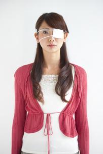 眼帯をしている女性の写真素材 [FYI01278854]