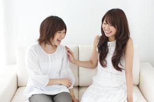 2人の笑顔の女性の写真素材 [FYI01278860]