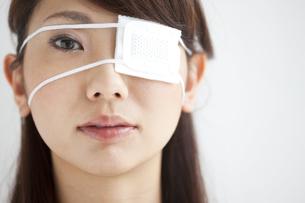 眼帯をしている女性の写真素材 [FYI01278868]