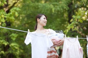 洗濯物を干す女性の写真素材 [FYI01278997]