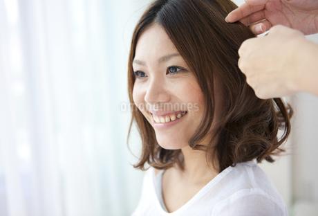 髪をセットしてもらう女性の写真素材 [FYI01279182]