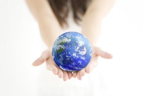 地球を持っている女性の手の写真素材 [FYI01279201]