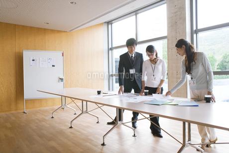 資料を見ているビジネスマンとビジネスウーマンの写真素材 [FYI01279290]