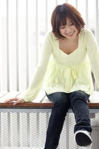座っている女性の写真素材 [FYI01279373]