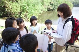 課外授業中の小学生と先生の写真素材 [FYI01279399]
