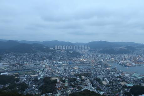 曇り空の長崎港の写真素材 [FYI01279403]