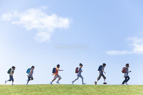 土手を走る小学生の写真素材 [FYI01279418]