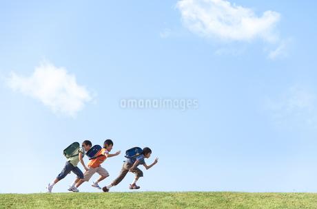 土手を走る小学生の写真素材 [FYI01279427]