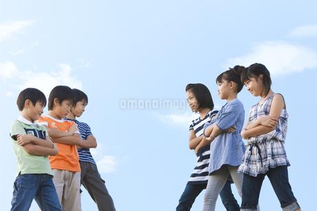 対立する小学生の写真素材 [FYI01279442]