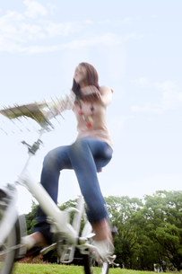 自転車に乗っている女性の写真素材 [FYI01279494]