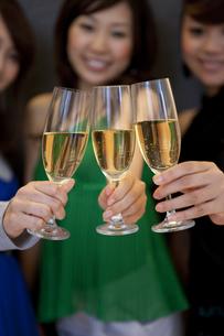 乾杯しているシャンパングラスのアップの写真素材 [FYI01279558]