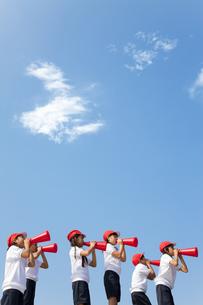 メガホンで応援する体操服姿の小学生の写真素材 [FYI01279577]