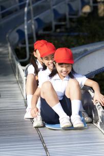 滑り台で遊ぶ体操服姿の小学生の写真素材 [FYI01279593]