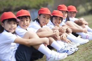 三角座りする体操服姿の小学生の写真素材 [FYI01279604]