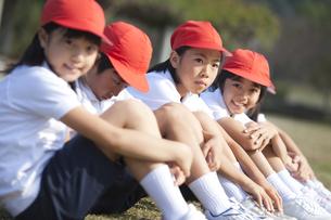 三角座りする体操服姿の小学生の写真素材 [FYI01279610]