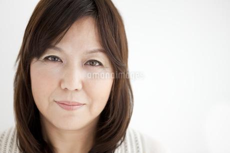 シニア女性の顔のアップの写真素材 [FYI01279669]
