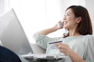 電話をしている笑顔の女性の写真素材 [FYI01279678]
