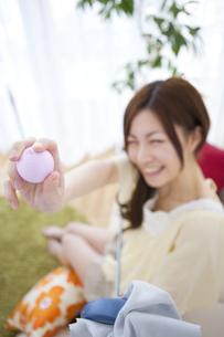 ゴルフボールを突き出す女性の写真素材 [FYI01279714]