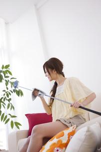 ゴルフクラブを磨いている女性の写真素材 [FYI01279717]