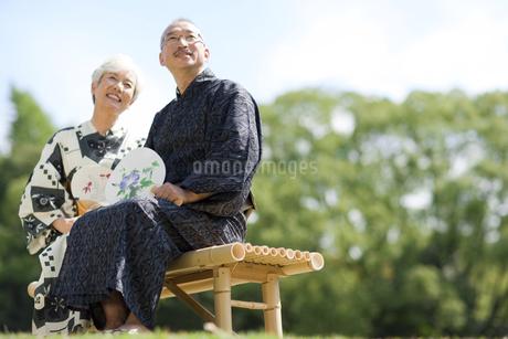 遠くを見ている浴衣姿のシニア夫婦の写真素材 [FYI01279873]