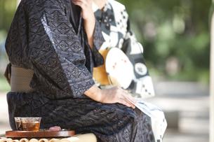座っている浴衣姿のシニア夫婦の写真素材 [FYI01279880]