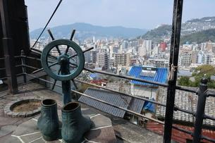 亀山社中の近くにあるブーツの銅像と長崎の街の写真素材 [FYI01279916]
