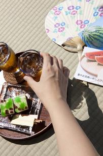 麦茶を取る女性の手の写真素材 [FYI01279994]