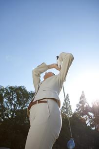 ゴルフをするビジネスウーマンの写真素材 [FYI01280033]