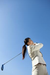 ゴルフをするビジネスウーマンの写真素材 [FYI01280044]