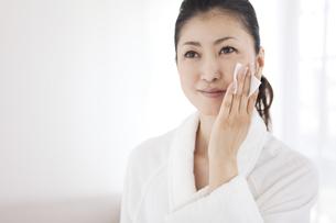 化粧水をパッティングする女性の写真素材 [FYI01280085]