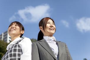 青空と笑顔のビジネスウーマンの写真素材 [FYI01280151]