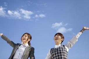 腕を上げているビジネスウーマンの写真素材 [FYI01280157]