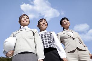 青空と笑顔のビジネスウーマンの写真素材 [FYI01280158]