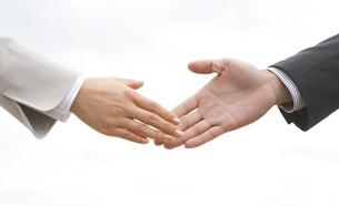 握手するビジネスマンとビジネスウーマンの手の写真素材 [FYI01280293]