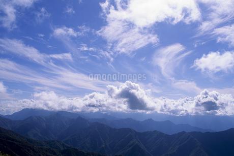 青空と雲と山並みの写真素材 [FYI01280377]