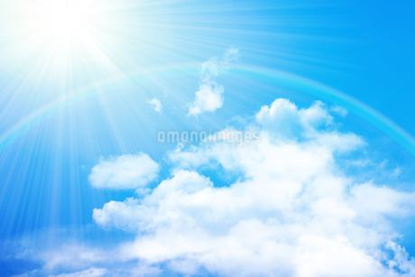 青空と虹 合成の写真素材 [FYI01280540]