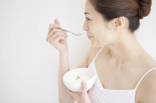 ヨーグルトを食べている女性の写真素材 [FYI01280850]