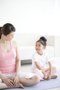 スポーツウェア姿の母と娘の写真素材 [FYI01280894]