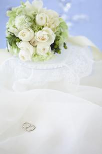 結婚指輪とブライダルブーケの写真素材 [FYI01280956]