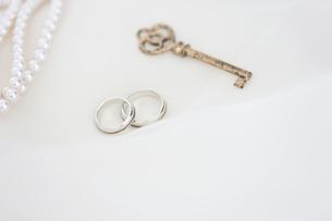 結婚指輪と真珠のネックレスと鍵の写真素材 [FYI01280957]