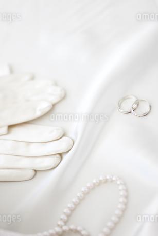 結婚指輪とグローブと真珠のネックレスの写真素材 [FYI01280961]