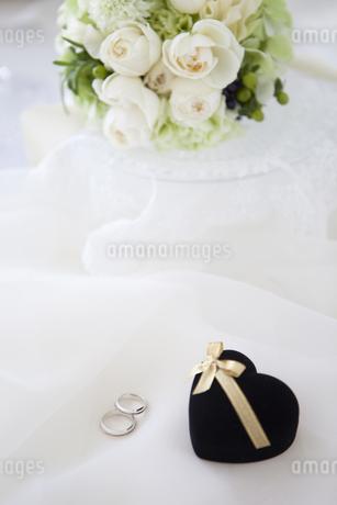 結婚指輪と花の写真素材 [FYI01280966]