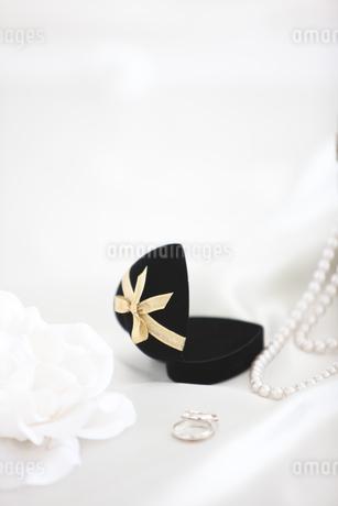 ウェディング小物と花の写真素材 [FYI01280968]
